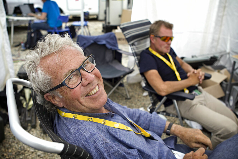 Selv under dækning af Tour de France sørger Jørgen Leth for at være velklædt.