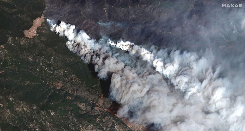 På dette satellitfotp ses røge fra Cameron Peak branden stiger op over Colorado.