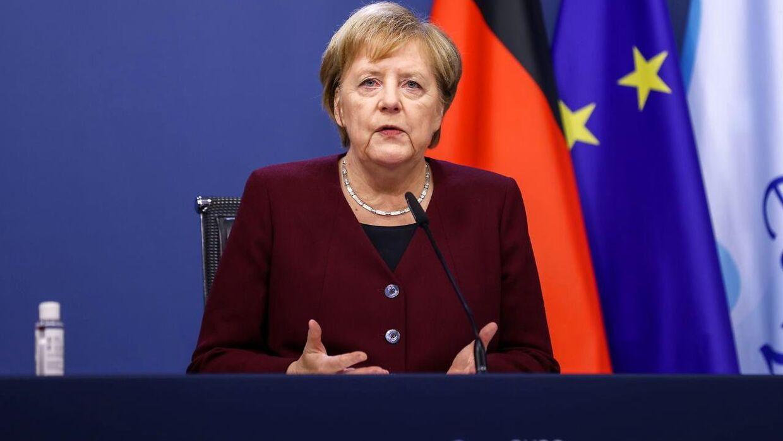 Den tyske kansler Angela Merkel har manet til besindighed og forsøgt at sende signaler om kompromis.