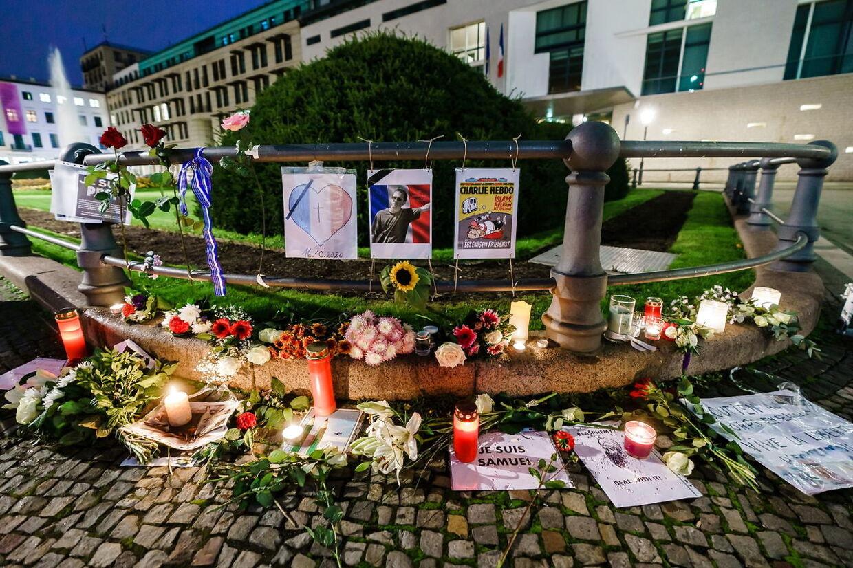 Blomster til ære og minde om 47-årige Samuel Paty, der blev dræbt for at vise Muhammed-tegninger i en undervisningstime om ytringsfrihed.