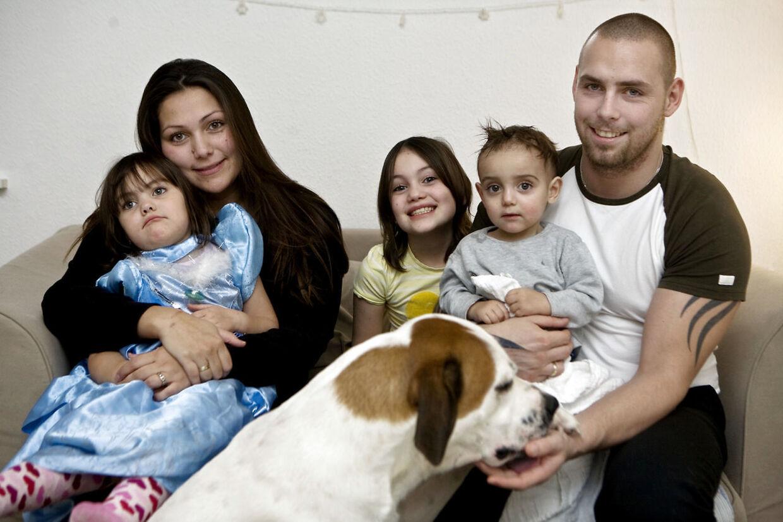 Stephanie med to af sine fire yngre søskende, moderen Chrstina Siguenza og sin daværende stedfar, Martin Rohrberg, som i 2010 – to år efter dette foto – blev dømt for vold mod 'Årgang 0'-moderen.