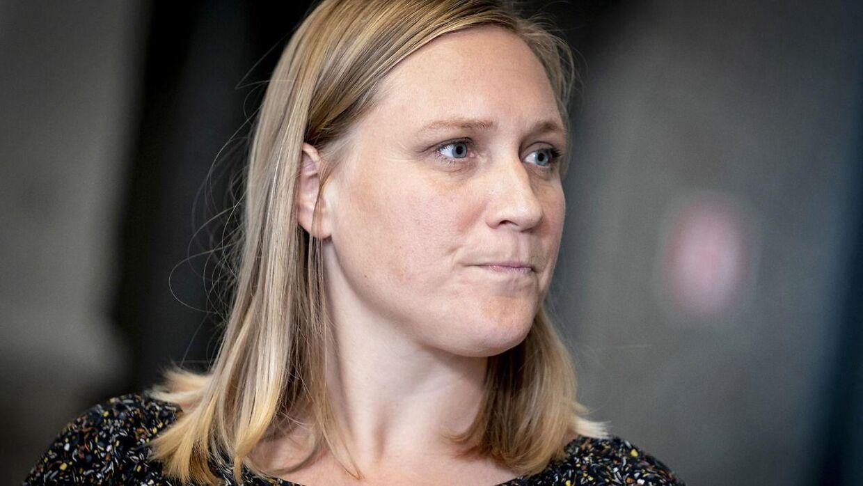 Eva Flyvholm fra Enhedslisten mener, at kvinder har ringere mulighed for at nå til tops i forskningsverdenen, selvom en rapport fra Uddannelses-og Forskningsministeriet viser, at kvinder tværtimod oftere end mænd for de forskningsstillinger, som de søger.