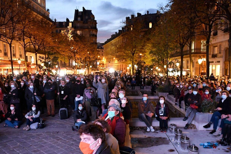 Folk forsamlede sig ude foran pladsen ved Sorbonne for at følge mindehøjtideligheden.