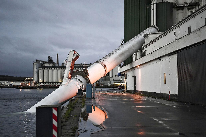 Skorstenen væltetede ned ved havnebassin 3 i Aarhus Havn.
