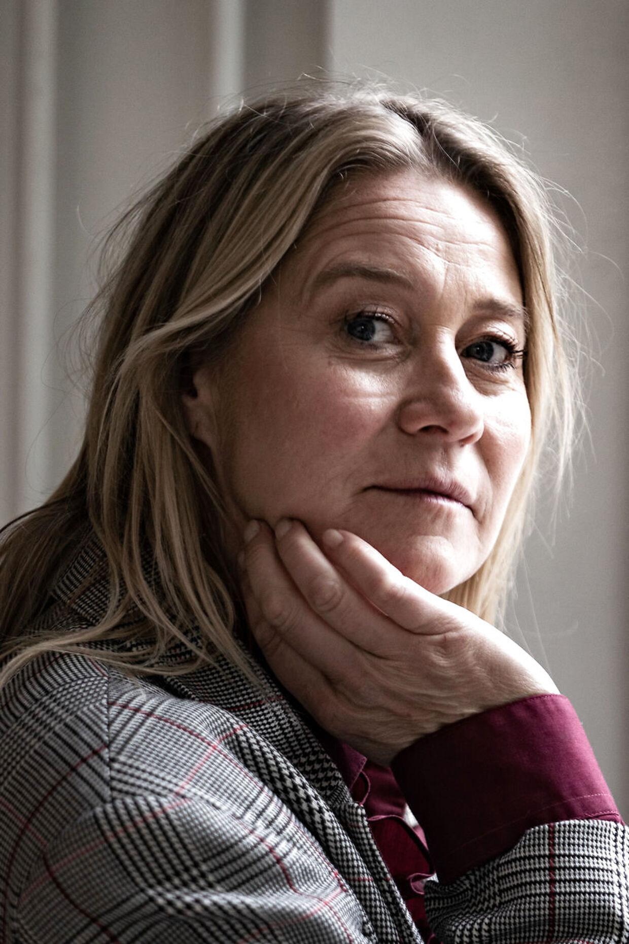 Vi kan sagtens skelne mellem flirt og sexisme, mener Trine Dyrholm. For flirt giver noget til modtageren. Mens sexisme fratager modtageren noget.
