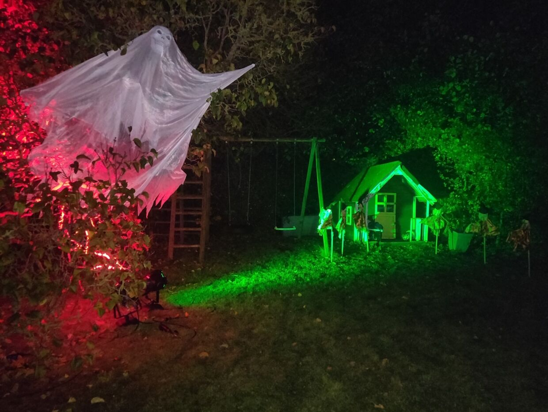 Familiens have ved huset i Rødovre vil blive endnu mere pyntet op denne gang end tidligere. Dette foto er fra halloween sidste efterår. Foto: Privat