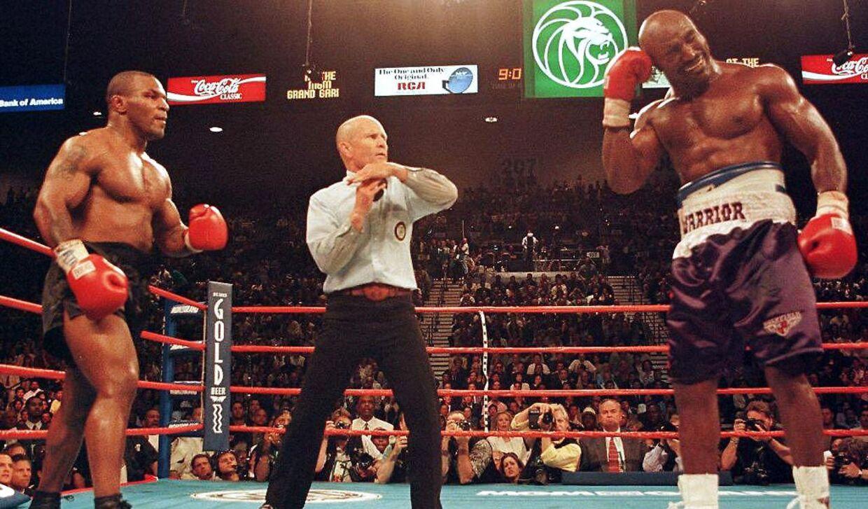 Mike Tyson (tv.) og Evander Holyfield under skandalekampen i 1997.