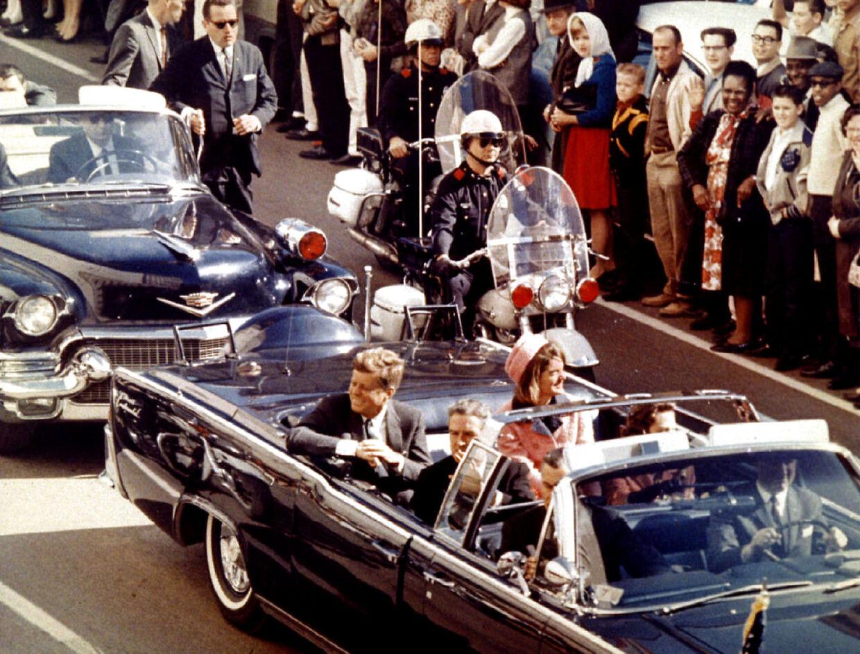 Bare minutter før drabet i 1963 hygger John F. Kennedy og førstedame Jaqueline Kennedy sig i deres åbne Lincoln 1961.