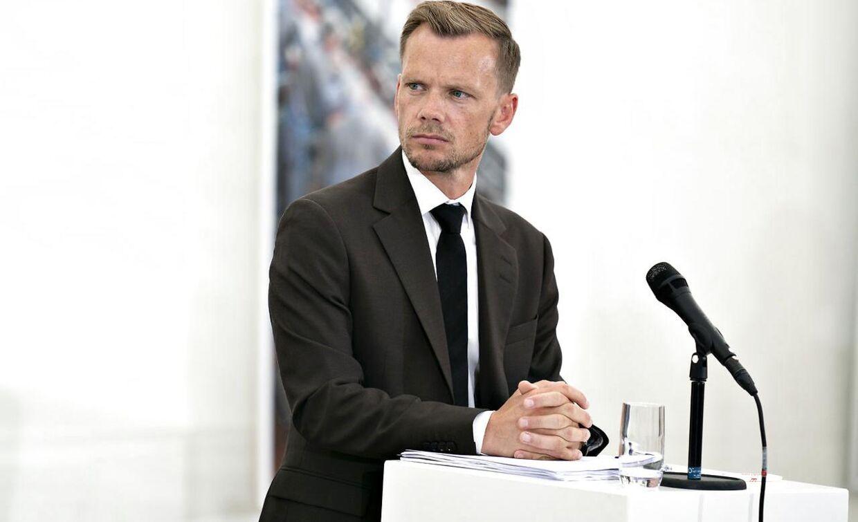 Beskæftigelsesminister Peter Hummelgaard har endnu ikke indkaldt aftalepartierne til drøftelser om de to sidste ugers indefrosne feriepenge. Det sker dog snart, lyder beskeden.