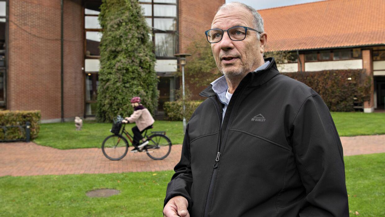 Jan Teslak foran Hovedbiblioteket i Birkerød, hvor han blevet slået ned i 2018.