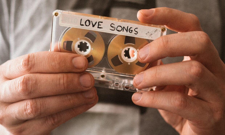 Genopdag dine gamle yndlingssange på Spotify og find de mest populære sange fra hvert årti i deres playlister.