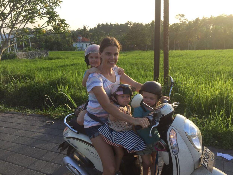Silke Bock med døtrene Olivia, Agnes og Nora på familiens uundværlige scooter. Familien, som også tæller Silkes mand Anders, har boet på Bali i snart to år.Foto: Privat