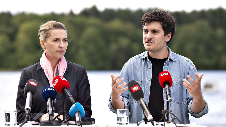 Frederik Vad Nielsen ses her ved siden af Mette Frederiksen.