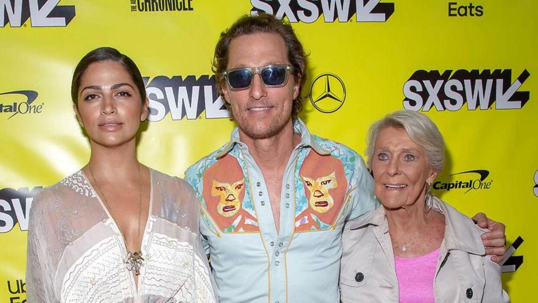 Matthew McConaughey ses her med sin kone, Camila Alves (tv), og sin mor, Mary Kathlene McCabe (th).