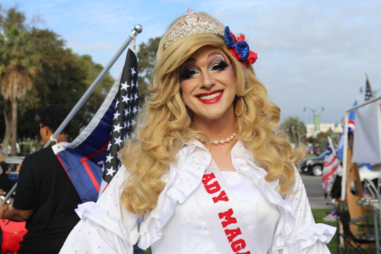 Lady MAGA til rally i Beverly Hills.