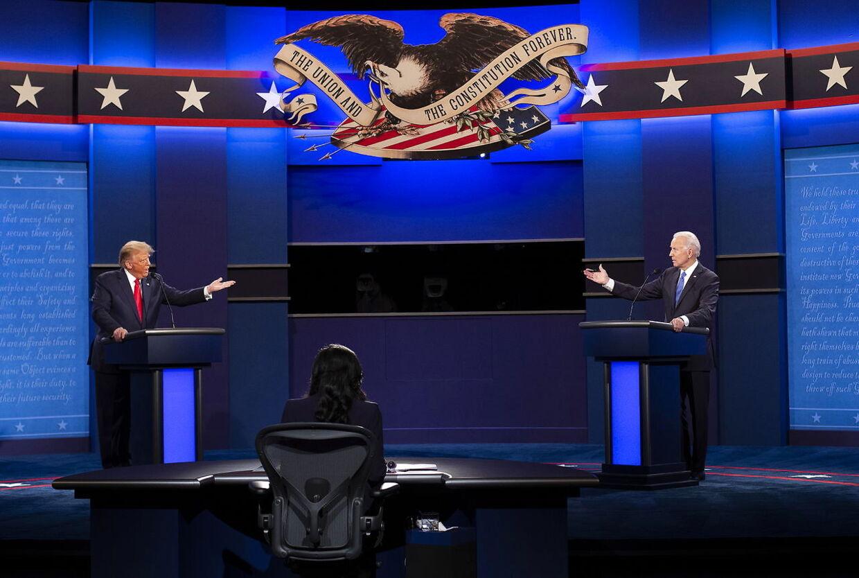 Donald Trump og Joe Biden fotograferet under duellen forleden.