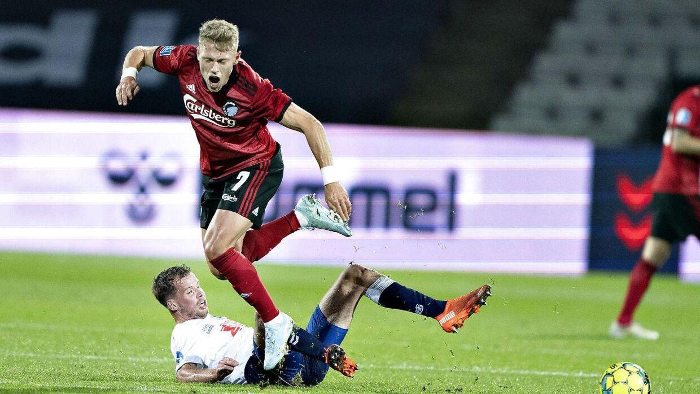AGF's Nicolai Poulsen nedklægger FC Københavns Victor Fischer og modtager efterfølgende rødt kort i 3F Superligakampen mellem AGF og FC København på Ceres Park i Aarhus , søndag den 25. oktober 2020.