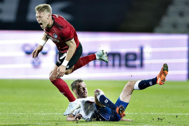 AGF's Nicolai Poulsen nedlægger FC Københavns Victor Fischer og modtager efterfølgende rødt kort i Superliga-kampen mellem AGF og FC København på Ceres Park i Aarhus søndag 25. oktober 2020.