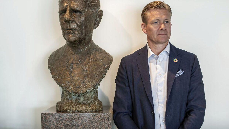 Portræt af Poul Due Jensen, tredje generation i Grundfos-familien med busten af sin farfar Poul Due Jensen grundlægger af Grundfos. (Foto: Joachim Ladefoged)