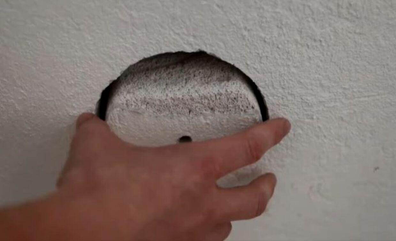 Der står en klam kælderlugt ud fra hulrummet bag prøveboringen i de forkert opsatte isoleringsplader i kælderen.
