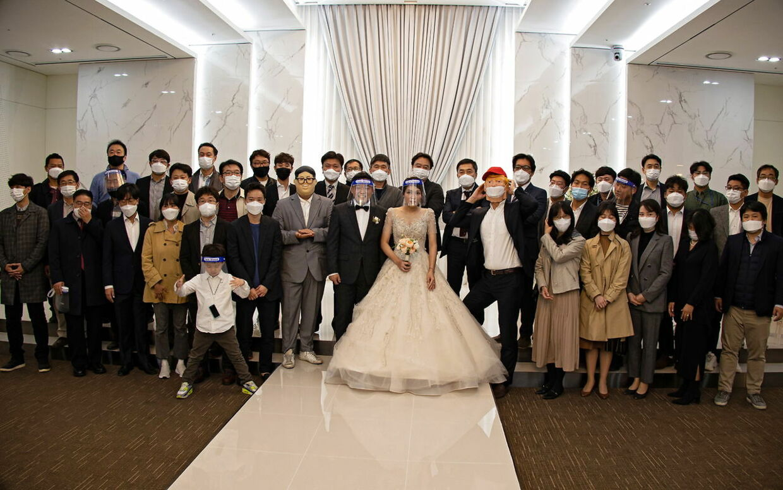 I Europa reduceres antallet af mennesker, som må forsamles, mere og mere, men i Sydkorea kan man stadig holde bryllupper og fester. EPA/JEON HEON-KYUN