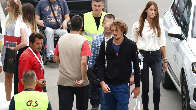 Alexander Zverev ankommer til turneringen med Brenda Patea i baggrunden.