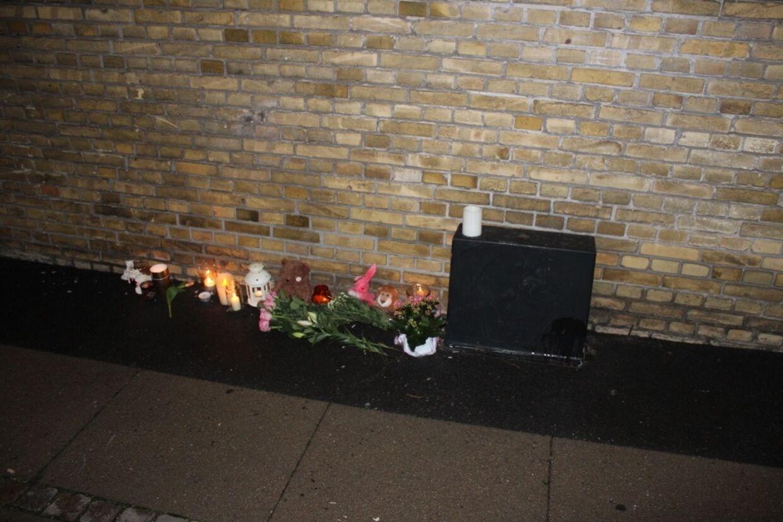 Der er allerede blevet lagt blomster ved Peter Bangs Vej 252, hvor ulykken fandt sted.