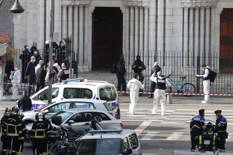 Klokken 9 gik en bevæbnet mand ind i Notre Dame-kirken i centrum af Nice og angreb flere personer med en kniv. Tre blev dræbt – herunder en kvinde, som fik halsen skåret over. AFP.