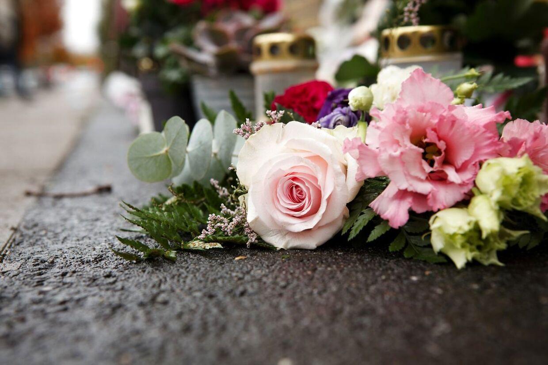 Blomster i massevis ligger på fortovet, hvor pigen blev dræbt.