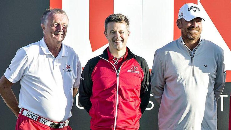 Mange nyrige har kastet sig over golfsporten. Her ses nu afdøde Lars Larsen i en golfturerning i golfklubben Himmerlands Golf & Spa Resort, som dynekongen ejede. Kronprins Frederik og golfspilleren Thomas Bjørn kom også forbi.