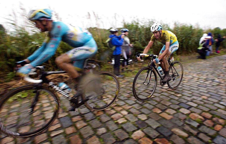 I Tour de France 2014 viste Jakob Fuglsang sine fremragende evner på brosten - her med den daværende Astana-kaptajn Vincenzo Nibali på slæb ved Arenberg.