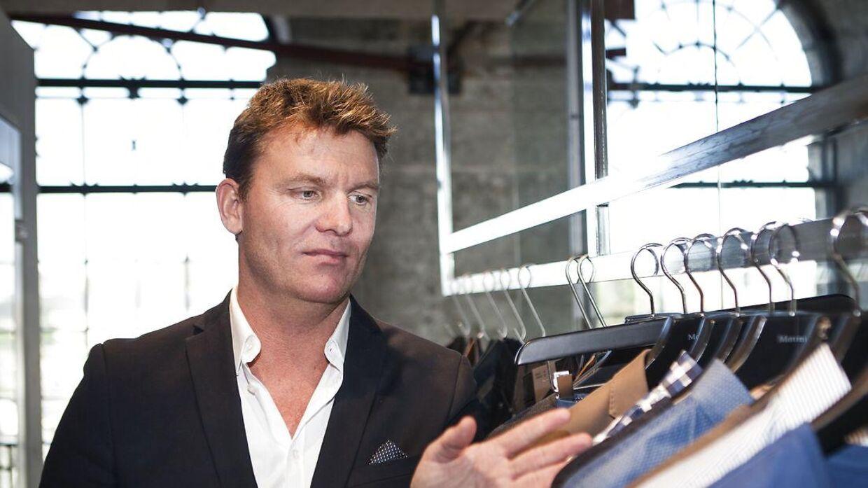 Tøj- milliardæren Jens Poulsen, der står bag DK Company, må også se sin formue svinde - formentlig grundet corona, der har ramt tøjbranchen hårdt.