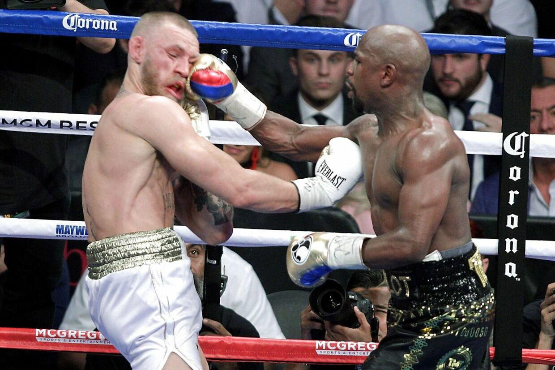 Floyd Mayweather Jr. og Conor McGregor i ringen under en boksekamp i 2017.