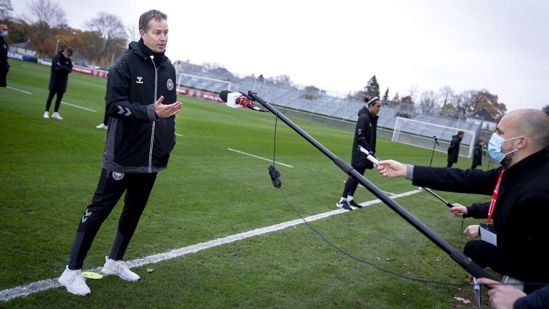 Landstræner Kasper Hjulmand og resten af holdet mødte ind i lejren mandag.