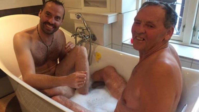 Torben Chris ses her med sin far i et badekar. Billedet var en del af et reklamestunt i 2015.