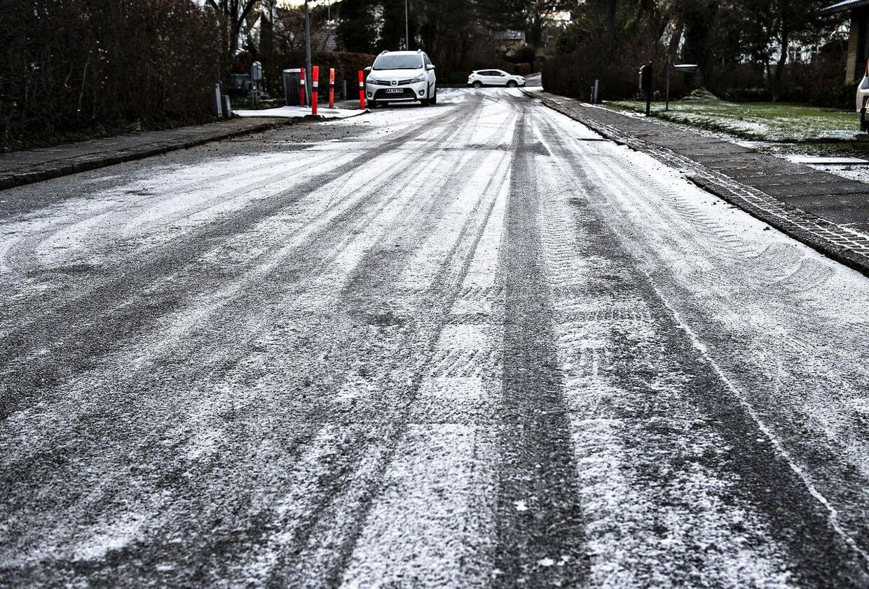 Let snefald og frost i Aalborg, søndag morgen den 10. december 2017. DMI varsler stedvis sne- og isglatte veje og mulighed for byger i form af sne eller slud, søndag den 10. december 2017.. (Foto: Henning Bagger/Scanpix 2017)