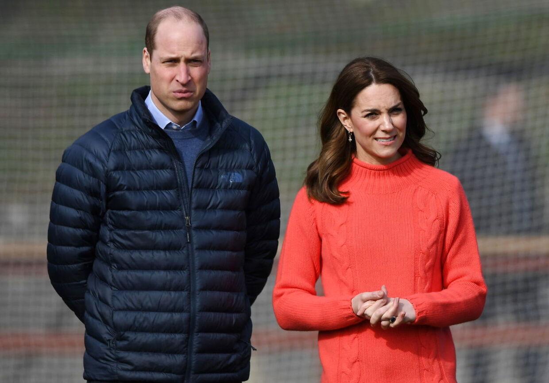 I følge kilder tæt på Prins William, er han ikke tilfreds med det bilelde af sine forældres ægteskab, som vises i Net-flix-serien 'The Crown'. Her er prinsen og hertuginde Catherine uder et besøg i Irland i marts måned. Foto EPA/FACUNDO ARRIZABALAGA / POOL