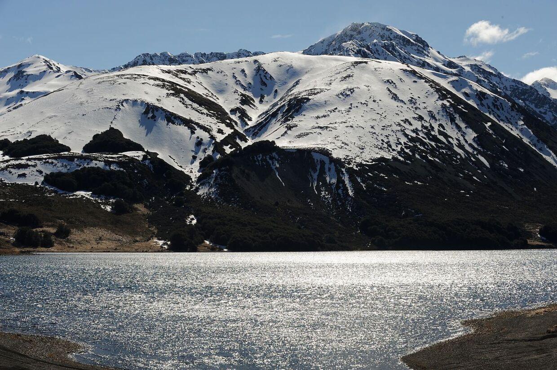 De snedækkede bjerge nær Hanmer Springs på New Zealands sydlige ø er et af mange smukke steder at besøge.