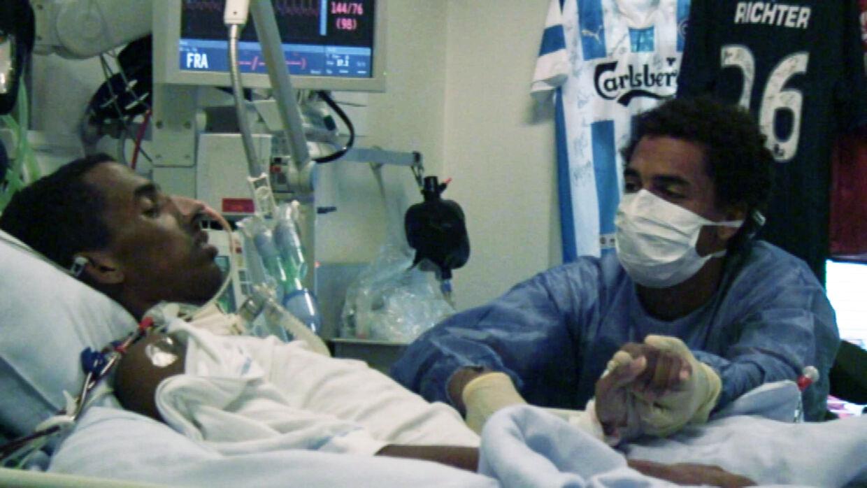 Simon (bror) og Jonathan Richter holder i hånd på intensivafdelingen, august 2009. I baggrunden ses et udvalg af de hilsner, der blev sendt til fodboldspilleren. Blandt andet sendte Lionel Messi ham en fodboldtrøje.