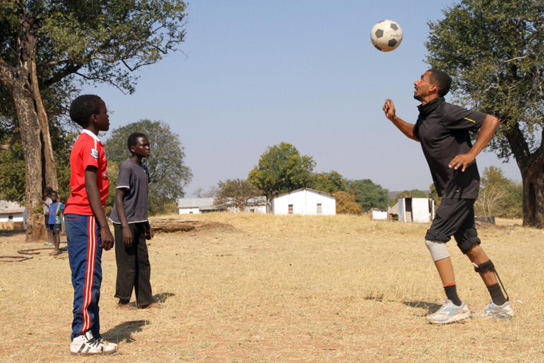 Jonathan spiller fodbold med børn i landsby i Namibia, 2012. Her var eks-fodboldspilleren med i en tv-dokumentar arrangeret af B.S. Christiansen.