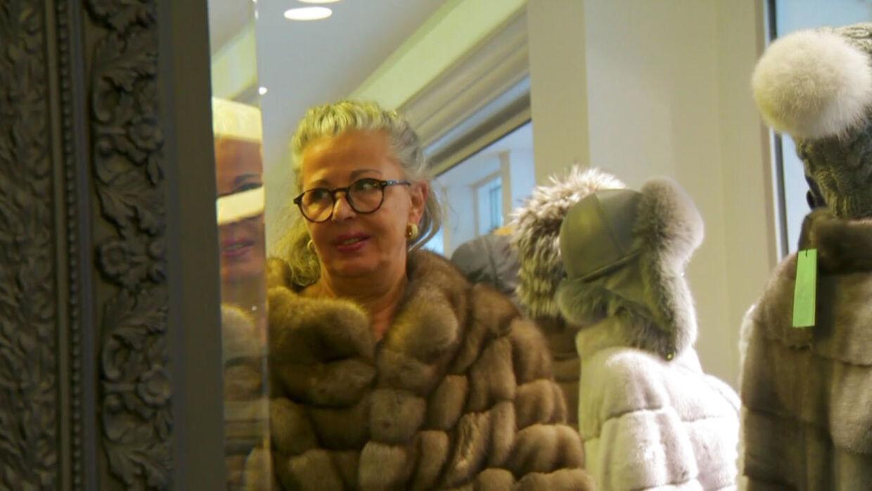 Mariann Færø prøver en minkpels i TV3-programmet 'Købmænd på 1. klasse'.