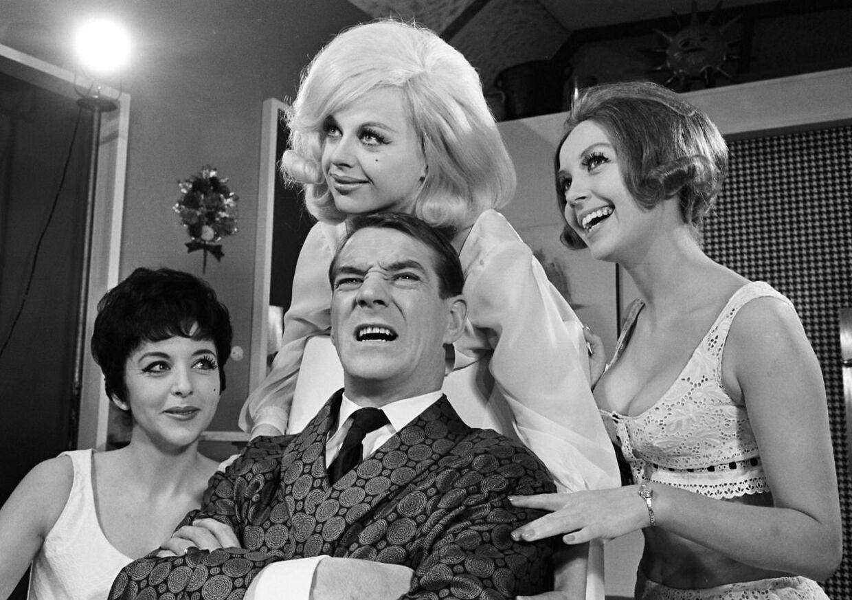 """Her ses Rita Angela (længst til venstre) blandt andet sammen med Axel Strøbye i teaterforestillingen """"Piger i sky"""" på Allé scenen."""