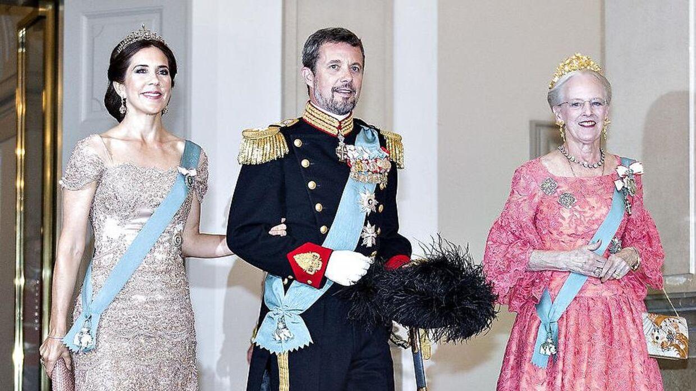 Hverken Dronningen, kronprinsparret eller andre fra den kongelige familie kan straffes, hvis de begår en kriminel handling – medmindre Dronningen ønsker det.