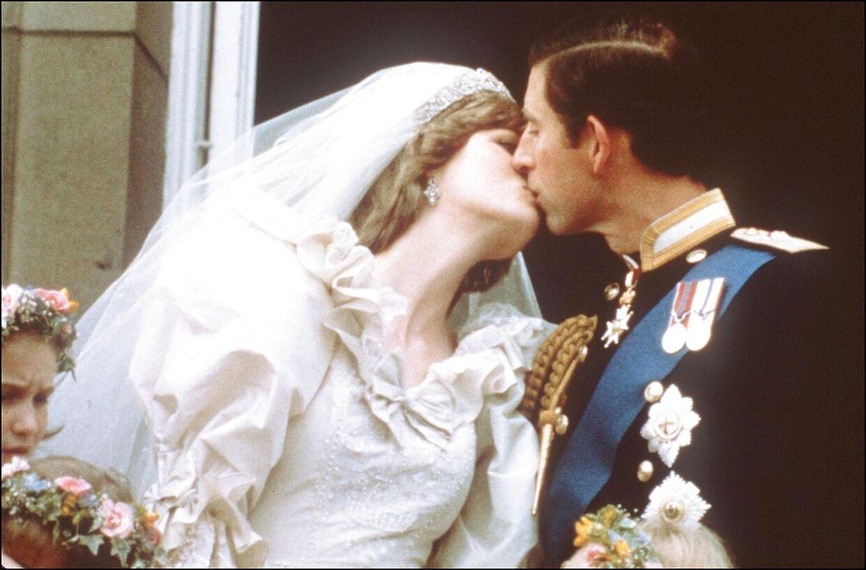 Bryllupskysset var for folket billedet på eventyret. Men allerede dér havde ensomheden og problemerne sneget sig ind i Dianas liv.