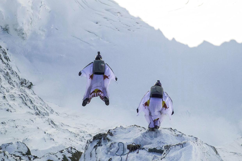Iført wingsuits er Fred Fugen og Vince Reffet sprunget ud fra bjerget Jungfrau i 4.158 meters højde i de schweiske alper. De ender med at lande i flyet Pilatus Porter.