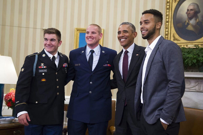 De tre soldater blev også modtaget i Det Hvise Hus. Her ses Barack Obama samen med Alek Skarlatos (tv), Anthony Sadler (th) og Spencer Stone (anden fra venstre).