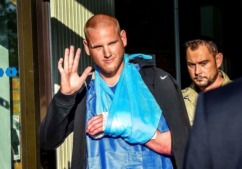En såret Spencer Stone (tv.) er en af de mænd, der fik standset terrorristen på hurtigtoget til Paris i august 2015.