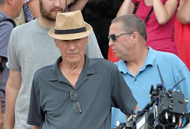 Clint Eastwood (i midten) ankommer til Venedig for at begynde optagelserne til 'The 15:17 to Paris'.
