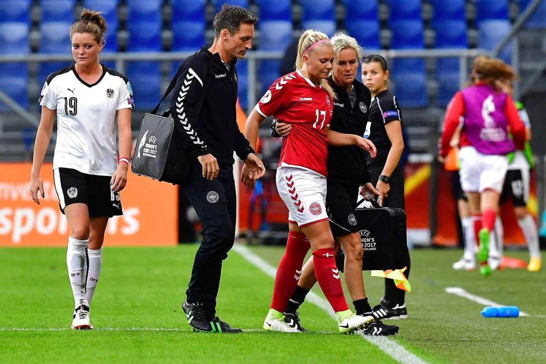 Line Sigvardsen Jensen bliver her hjulpet af banen, efter hun har revet sit korsbånd over.