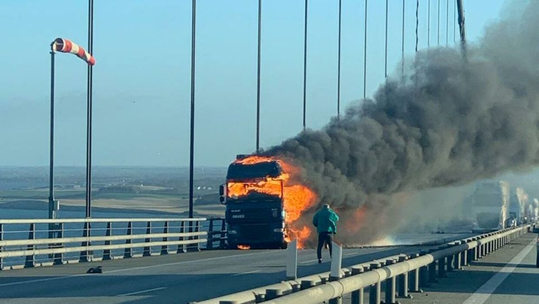 Lastbil i brand tidligere fredag på Storebælt. Det har affødt massiv kødannelse over broen hele dagen.